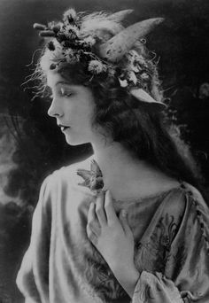 Lilian Gish Hollywood Glamour, Old Hollywood Actresses, Hollywood Icons, Vintage Movie Stars, Vintage Moon, Vintage Movies, Female Face Drawing, Lillian Gish, Silent Film Stars