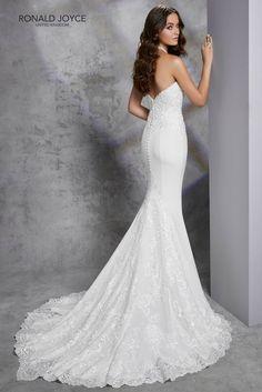 6c07e0b663 Lágy esésű, sellő fazonú soft szatén esküvői ruha magasan zárdó nyakkal. A  modellnek különleges eleganciát ad a hímzéssel díszített csipke hátmegoldás.