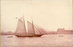 I begyndelsen lånte og lejede krydstoldvæsenet sine fartøjer. Fra slutningen af 1830'erne begyndte man at bygge nye skibe, primært af lokale skibsbygmester i det distrikt, hvor fartøjet skulle høre til. I 1876 byggede skibsbygmester N.F. Hansen fra Kerteminde sine første to skibe til Krydstoldvæsenet.