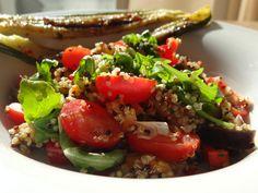 Een heerlijke quinoa salade met gegrilde courgette voor lunch of diner :)  Ingredienten salade: Quinoa oranje zoete aardappel (gekookt) aubergine (gebakken) partytomaatjes zoete puntpaprika paar stengeltjes lente-ui rucola en natuurlijk lekkere kruiden, zoals knoflook, basilicum en koriander en een vers rood pepertje (waarschijnlijk ook heel lekker met geitenkaas en rode druiven)  gegrilde courgette: courgette knoflook rode peper olijfolie
