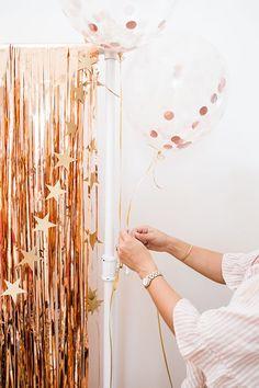 DIY: A Rose Gold Graduation Party Balloon Setup - frida Grad Party Decorations, Graduation Party Themes, Graduation Balloons, Graduation Party Decor, Grad Parties, Graduation Backdrops, Graduation Photos, College Graduation, Party Kulissen