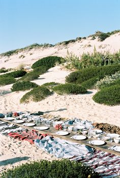 What a gorgeous picnic setting! Cozy and neighbourly, this would be a memorable evening with friends. Anything served at this table would be some classy camping food. Beach Dinner Parties, Picnic Dinner, Beach Picnic, Picnic Time, Picnic Set, Portugal, Space Wedding, Am Meer, Outdoor Parties