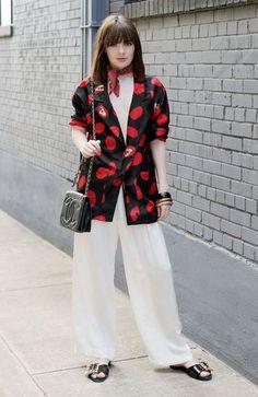 Jane Aldridge usa Pantalona Branca com Flats