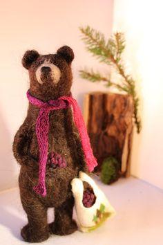 Brambleberry ours aime cueillette de mûres et a A sac complet dont il est très excité sur. Il sélève à 10 pouces de hauteur et voudrais bien Come &