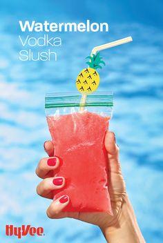 Beach Alcoholic Drinks, Slushy Alcohol Drinks, Mixed Drinks Alcohol, Alcohol Drink Recipes, Smoothie Drinks, Smoothies, Frozen Watermelon Drink, Watermelon Vodka Recipes, Frozen Drinks