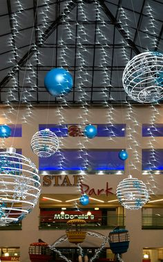 DECORACIÓN NAVIDEÑA on Behance Christmas Lights, Christmas Diy, Christmas Wreaths, Christmas Carnival, Christmas Parties, Modern Tv Room, Gourmet Dog Treats, Veggie Dogs, Entertainment Center Decor