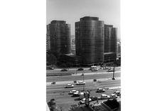 Josep Antoni Coderch y Manuel Valls.  Gran Vía de Carles III, 86-94. Conjunto de edificios para oficinas compuesto por cuatro torres de diez plantas. Uno de los ejemplos más destacados de la transformación, durante los años sesenta, de la avenida Diagonal.