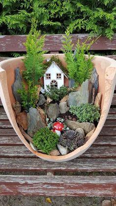 Märchengarten # Minijardinen - Büşra - Diy - Ostern Dekoration Garten Beton Things to consider for e Broken Pot Garden, Fairy Garden Pots, Fairy Garden Houses, Garden Art, Garden Crafts, Garden Projects, Diy Jardin, Cactus Y Suculentas, Miniature Fairy Gardens