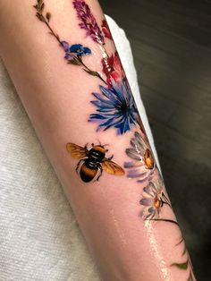 Bee and flowers tattoo Cute Small Tattoos, Pretty Tattoos, Beautiful Tattoos, Body Art Tattoos, New Tattoos, Sleeve Tattoos, Tatoos, Sister Tattoos, Bee And Flower Tattoo