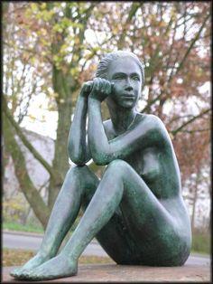 Bronzeskulptur, sitzender Frauenakt, Dekoration für Haus und Garten