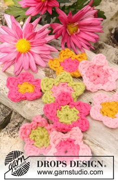 "Summer flower - Crochet DROPS summer flowers in ""Paris"". - Free pattern by DROPS Design Knitted Flower Pattern, Knitted Flowers, Flower Applique, Crochet Design, Crochet Motifs, Crochet Stitches, Drops Design, Knitting Patterns Free, Crochet Patterns"