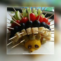 Recette hérisson apéritif facile et rapide Pour l'apéro voici un délicieux hérisson à partager. C'est très tendance, c'est rapide et facile à préparer et ça fait son petit effet sur la table. Merci maman pour ce joli hérisson On peut associer des fruit,...