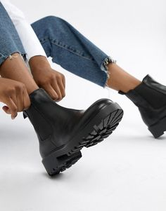Find the best selection of Vagabond Kenova black leather chunky chelsea boots. Shop today with free delivery and returns (Ts&Cs apply) with ASOS! Black Chelsea Boots Outfit, Brown Ankle Boots Outfit, Black Boots, Bootfahren Outfit, Vagabond Boots, Mode Ootd, Mein Style, Boating Outfit, Aesthetic Shoes