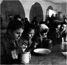 κατοχη φωτογραφιες - Google Search Old Time Photos, Sociology, Crete, Anthropology, Little Boys, Journey, Memories, Black And White, History