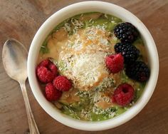 Kale and Strawberry Breakfast Bowl: Raw Food Breakfast Recipe Raw Vegan Breakfast, Strawberry Breakfast, Breakfast Bowls, Breakfast Recipes, Pureed Food Recipes, Raw Vegan Recipes, Diet Recipes, Cooking Recipes, Healthy Recipes