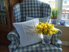 Mias Landliv: Just to cheer myself up Yellow Cottage, Cozy Cottage, Cozy House, Cottage Style, Blue Yellow, Blue And White, Handmade Cushions, Country Decor, Country Living