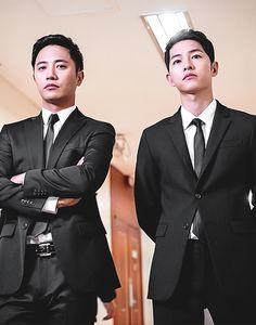 Song Joong-ki as Yoo Shi-jin and Jin Goo as Seo Dae-Young Descendants of the sun Asian Actors, Korean Actors, Korean Dramas, Seo Dae Young, Les Descendants, Song Hye Kyo Descendants Of The Sun, Soon Joong Ki, Decendants Of The Sun, Oppa Gangnam Style