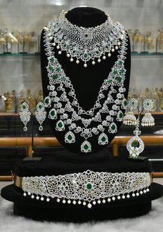 Most beautiful Indian bridal set Indian Bridal Jewelry Sets, Indian Jewelry, Wedding Jewelry, Bridal Jewellery, Wedding Accessories, Hair Accessories, Etsy Earrings, Bling Bling, Diamond Jewellery
