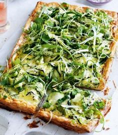 This summery courgette / tart recipe /AKA zucchini tart/ is packed full of bright colours and cheesy flavours. Veggie Recipes, Vegetarian Recipes, Cooking Recipes, Healthy Recipes, Cuban Recipes, Free Recipes, Zucchini Quiche, Zucchini Tart, Savory Tart