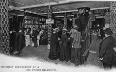 Escalera mecánica (1898). En Harrods se instaló en 1898, una pendiente suave, formada por 224 piezas de cuero unidos entre sí . Los dependientes estuvieron disponibles para dispensar brandy y sales aromáticas, a hombres y mujeres, pues fue un primer paseo vertiginoso .