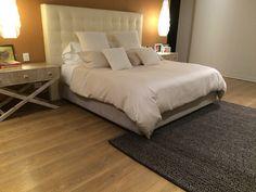 Cama tapizada semi capitoneada con mesas de noche vintage Bed, House, Furniture, Home Decor, Upholstered Beds, Furniture Design, Yurts, Mesas, Decoration Home