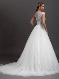 Romantisches Brautkleid mit Spitzenapplikationen auf dem Oberteil, tiefem V-Neck und raffinierter Rückenansicht. Corsage, One Shoulder Wedding Dress, Marie, Creations, Wedding Dresses, Tops, France, Fashion, Boyfriends