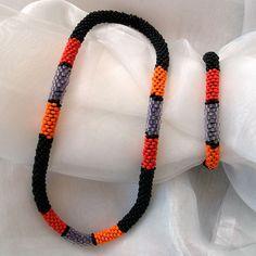 Perlen - Kette Schmuck Rocailles schwarz orange rot lila + passende Armband gehäkelt von Marion Heine Soulous Art