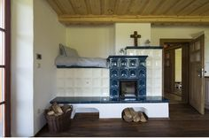 Kachlová kamna slouží jako zdroj tepla zejména v přechodném období. Diy Wood Stove, Classic Fireplace, Interior Architecture, Interior Design, Rocket Stoves, Handmade Home, Home Decor Kitchen, Outdoor Cooking, Sweet Home