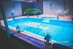 Foto por Arnaldo Peruzo ❤ Ligia & Camargão em Vila Velha/ES. Decoração de casamento romântica com nome dos noivos em isopor na piscina.   Romantic Wedding + Names on pool
