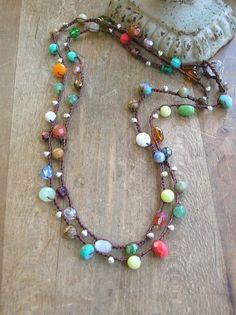 Una collana lunga in stile bohemien uncinetto ultra, vorticoso con perle di vetro ceco colorato e pietre preziose... e due non sono uguali!  Una