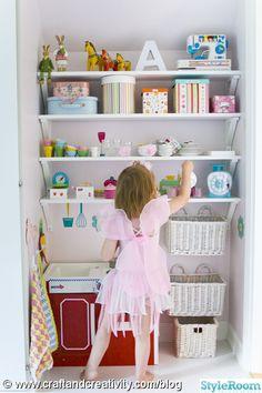barnrum,lekkök,barnkök,leksaker,älva,hyllor,vitt golv,boxar,lådor,kök