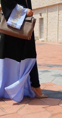 Khaleeji Style Black and Periwinkle Abaya Arab Fashion, Islamic Fashion, Muslim Fashion, Modest Fashion, Arab Women, Muslim Women, Collection Eid, Abaya Pattern, Hijab Style
