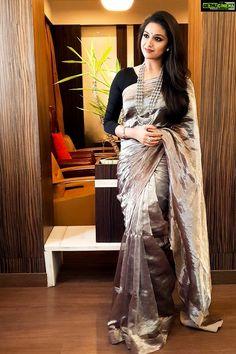 Keerthy Suresh Beautiful HD Photoshoot Stills & Mobile Wallpapers HD Fancy Sarees, Silk Sarees, Indian Sarees, Chiffon Saree, Indian Dresses, Indian Outfits, Saree Floral, Stylish Sarees, Stylish Gown
