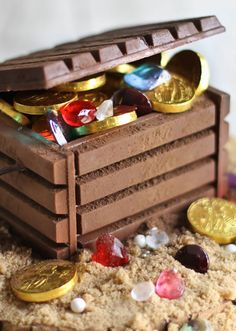 Candy jewels and chocolate coins fill this DIY edible treasure chest. Kit-kat treasure chest with gold coins and jewels! Kit Kat Bars, Chocolate Coins, Chocolate Party, Treasure Boxes, Treasure Chest Cake, Pirate Treasure, Pirate Theme, Pirate Box, Party Cakes