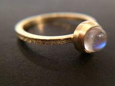 Gold gehämmert Mondstein Ring von Kochi Okada - Fine Jewellery auf DaWanda.com