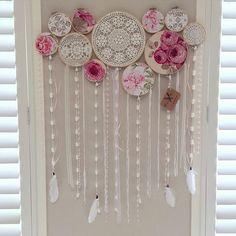 tutorials on doily dream catchers Home Crafts, Diy And Crafts, Arts And Crafts, Dreamcatchers, Doily Dream Catchers, Doilies Crafts, Embroidery Hoop Crafts, Crochet Home, Flower Wall
