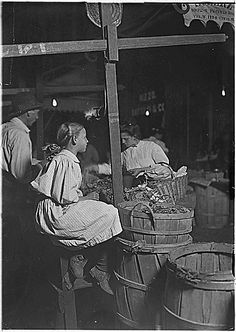 selling-radishes.gif (426×600) Boys and Girls Selling Radishes August 22, 1908 National Archives and Records Administration Records of the Department of Commerce and Labor, Children's Bureau Record Group 102 ARC Identifier: 523071 Lewis Hine
