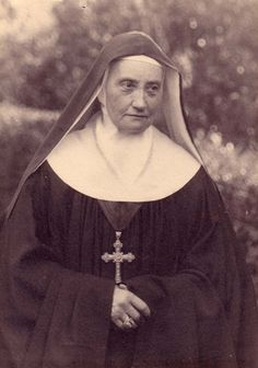 Mother Lucy Schmitt was born in Niort 8 October 1849. She heard the call of the Lord on the occasion of the ordination of his brother, the 14 September 1873, Feast of the Exaltation of the Cross. Three years later, the mercredi de Pâques 1876, she entered Sainte-Cécile de Solesmes. Lucie mother began to school Mother Cécile Bruyère with all the energy of his quick temper, absolute, full of ardor and generosity. Nun Outfit, Nuns Habits, Ap Literature, Religion, Sisters Of Mercy, Blessed Mother, Sacred Heart, Roman Catholic, Portraits