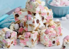Mini Egg rocky road bites are sure to be a hit this Easter. These simple, no-bak… Mini Egg rocky road No Bake Treats, Yummy Treats, Sweet Treats, Baking Recipes, Cake Recipes, Dessert Recipes, Desserts, Baking With Kids, Sweets