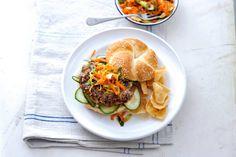 13 juli - Half om half gehakt en kroepoek in de bonus - De hamburger op de Aziatische toer: met zelfgekruid gehakt, op een knapperig broodje met een frisse wortelsalade erbij - Recept - Allerhande