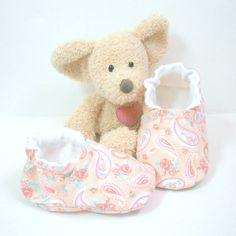 Chaussons bébé tissu rose corail fleurs et motif cachemire coutures invisibles 3 mois Tricotmuse : Mode Bébé par tricotmuse