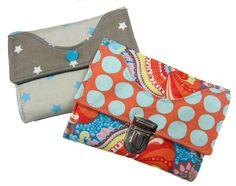 Wer eine lustige bunte Tasche besitzt sollte sich auch gleich eine passende Geldbörse dazu nähen. Geldscheine, Karten, Führerschein, Personalausweis, Kleingeld finden in dieser Börse ihren Platz.  Die Geldbörse kann aus allen...