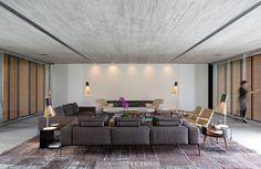 Laje protendida no térreo e pilares embutidos nas paredes são os elementos estruturais