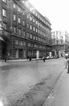 Váci utca a Szabad sajtó út felől a Piarista (Pesti Barnabás) utca felé nézve, balra a Piarista köz. A kép forrását kérjük így adja meg: Fortepan / Budapest Főváros Levéltára. Levéltári jelzet: HU_BFL_XV_19_c_11