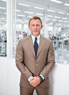 Daniel Craig con el OMEGA Seamaster Spectre en la manufactura