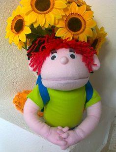 Títere niño de 30 cm, color rosa, polo verde con mangas y mochila azul, cabello rojo (código NO-29)