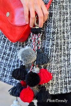 Llavero con borlas y pompones de lana