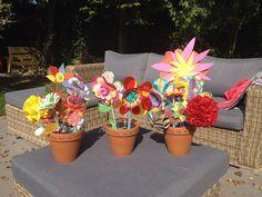 Cadeau voor de KDV leidsters voor de Dag van de Leidsters. Laat elk kindje een bloem knutselen en zet ze in een pot!