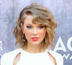 Taylor Swift's Bob Hairstyles to Try in 2016 Taylor Swift Haircut, Taylor Swift Short Hair, Classic Hairstyles, Short Bob Hairstyles, Natural Hair Care Tips, Natural Hair Styles, Medium Hair Styles, Short Hair Styles, Celebrity Haircuts