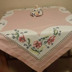 This Pin was discovered by müf Hand Embroidery, Embroidery Designs, Stitch Crochet, Burlap Table Runners, Vintage Cross Stitches, Vintage Tablecloths, Textiles, Chair Covers, Home Textile